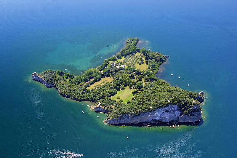 Luftbild von der Insel Bisentina im Lago di Bolsena, Italien.