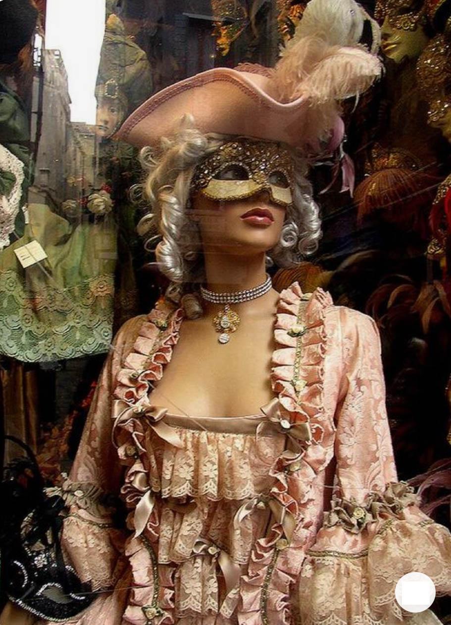 Венецианская женщина в карнавальном платье