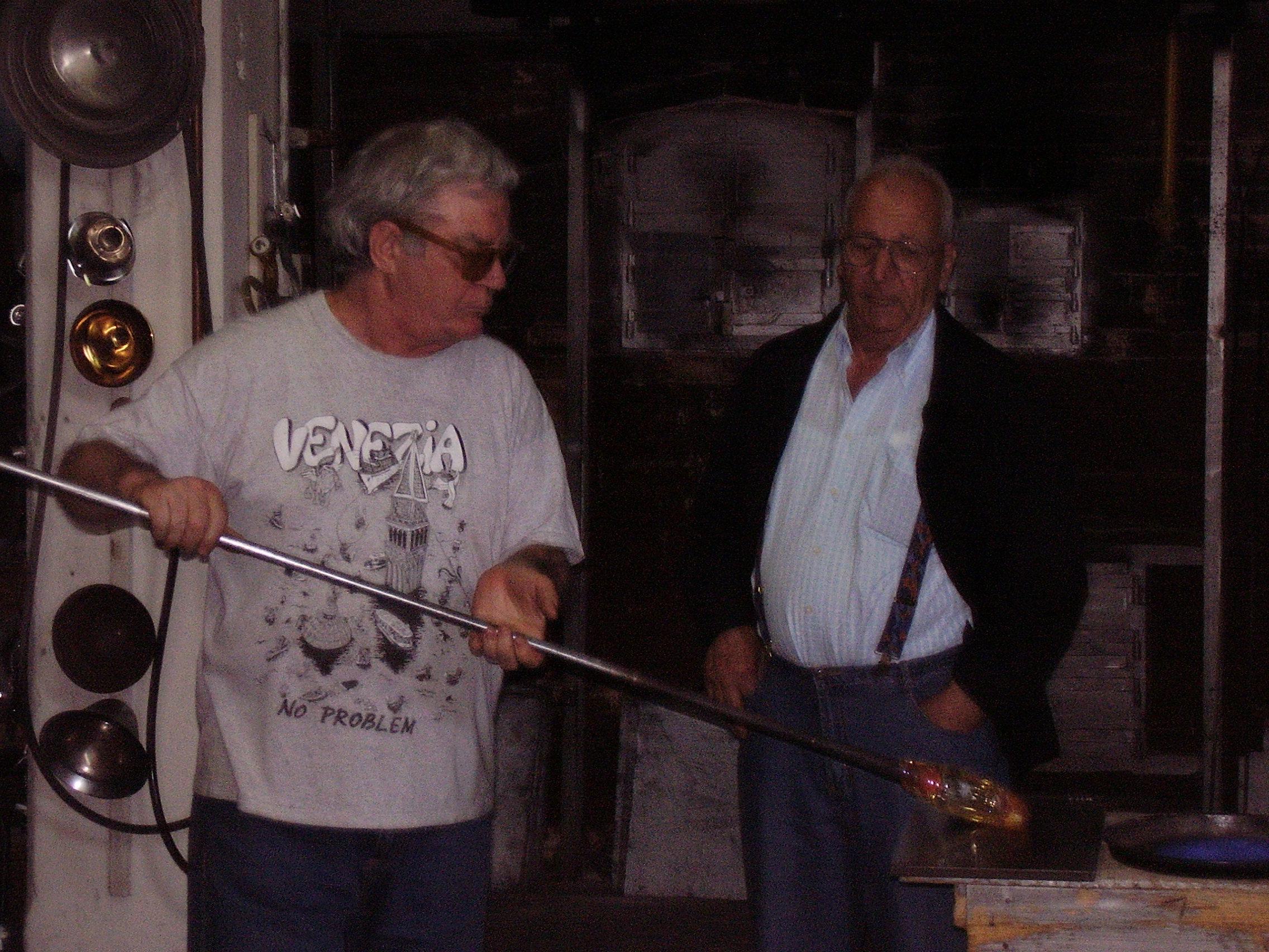 Майстор на стъклар във Венеция - фабрично ръчно изработено творение от началото до края