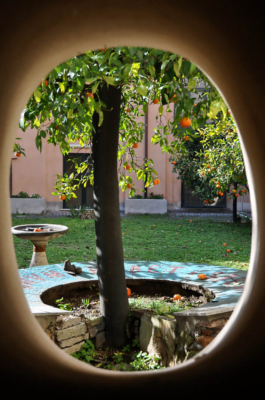 Тайното прозорче към манастирската градина на Базилика Санта Сабина